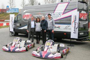 Patrick Weibel, Cyndie Allemann, Brit Schönenberger et Ken Allemann (de gauche à droite) au moment de la remise du véhicule sur le circuit de kart de Wohlen.